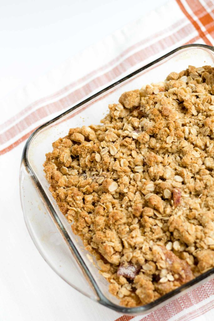 Apple Crisp with Oat Crumble Topping | Granny smith apples baked with an oat, brown sugar and cinnamon topping.